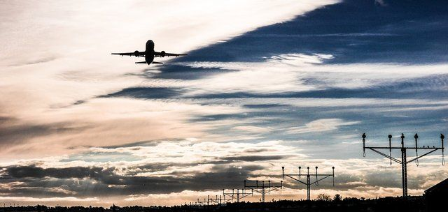 Flyg lyfter från Malaga Flygplats