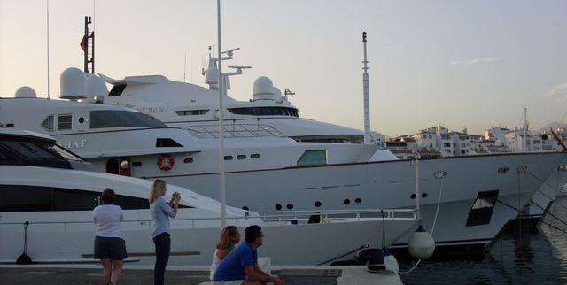 Megabåt(ar) marinan Puerto Banus