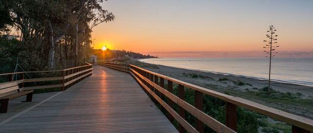 Strandpromenaden mellan Puerto Banus & Marbella i kvällssol